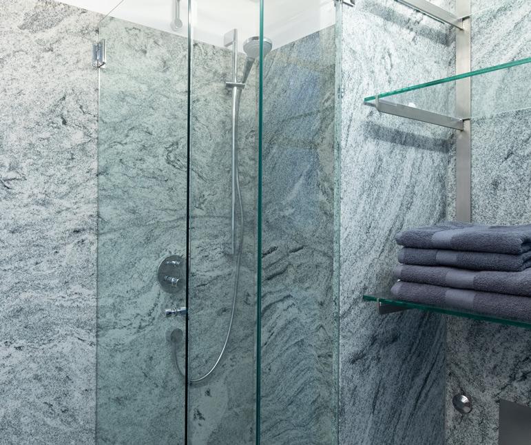 website-moosbrugger-badezimmer-dusche-handtuecher