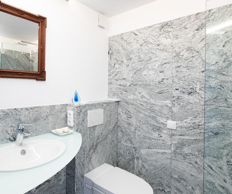 website-moosbrugger-badezimmer-dusche-waschbecken-toilette